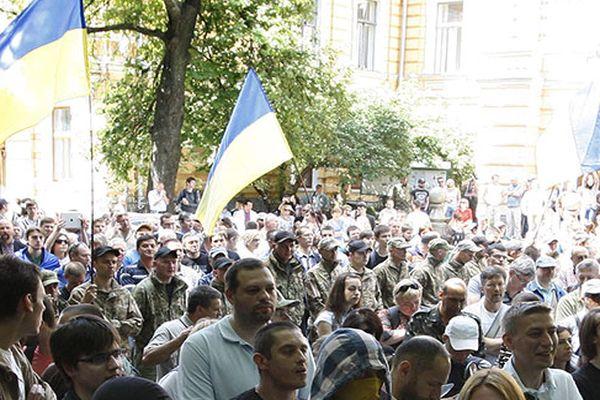 Тысячи украинцев вышли кВерховной раде иКабмину протестовать против поднятия тарифов