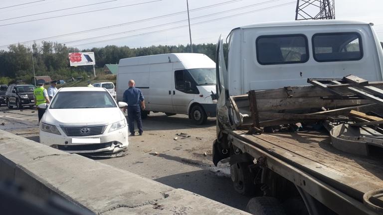 НаНовокольцовском тракте столкнулись шесть авто