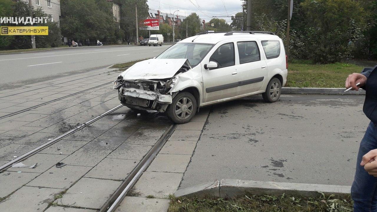 НаСортировке «Лада-Ларгус» протаранила трамвай