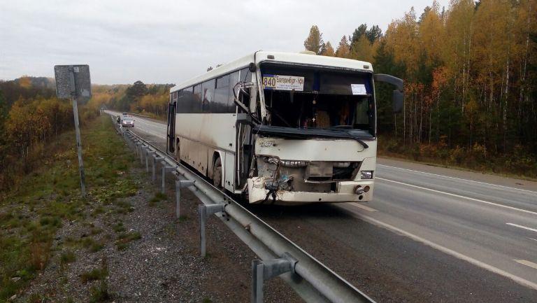 Натрассе Пермь— Екатеринбург автобус врезался вэкскаватор. имеется пострадавший