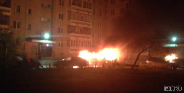 Водворе наКомпрессорном, где неодин раз прокалывали колеса, ночью сгорели три автомобиля
