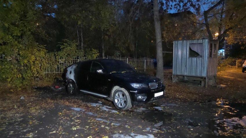 БМВ X6 сгорел ночью на стоянке врайоне Шарташского рынка