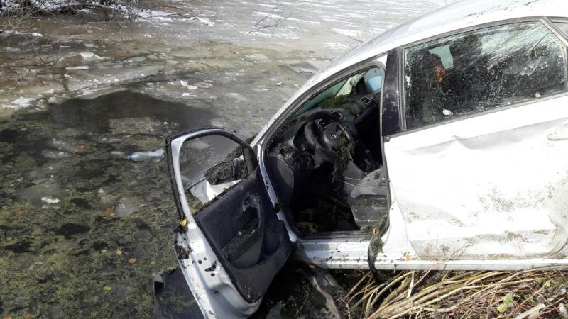 Около Екатеринбурга умер шофёр Фольксваген, вылетев намашине вводоем