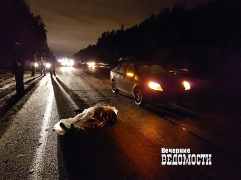 На трассе под Екатеринбургом иномарка насмерть сбила мужчину