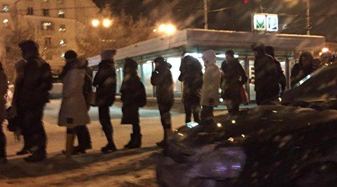 Жители Екатеринбурга встали в очередь у метро Уралмаш чтобы провериться на ВИЧ