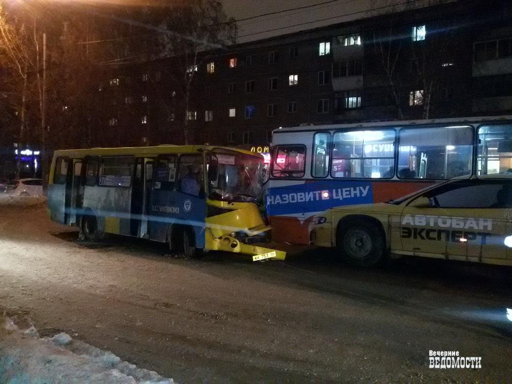 Два автобуса столкнулись вЕкатеринбурге, пострадали 11 человек