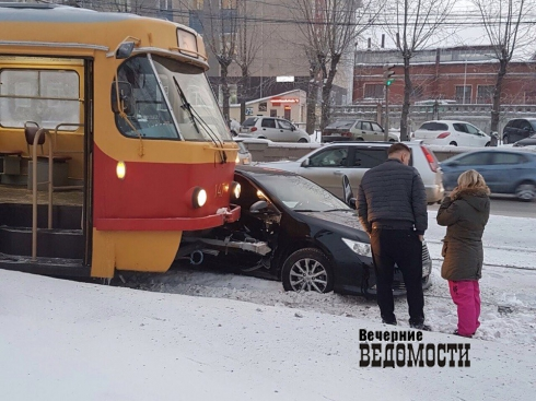 Напроспекте Космонавтов трамвай врезался в легковую машину, которую занесло нарельсы