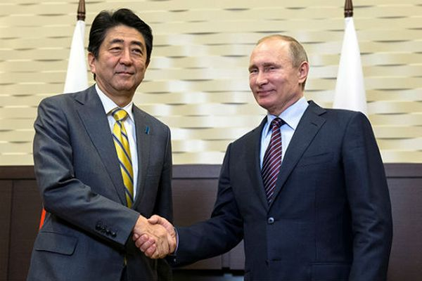 Путин иАбэ посетили центр дзюдо