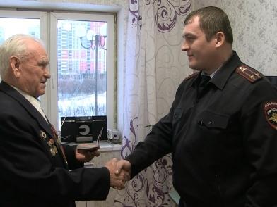 Начальник ОП-9 вручил российский паспорт ветерану Великой Отечественной