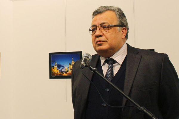 Шесть подозреваемых впричастности кубийству Карлова дают показания всуде Анкары