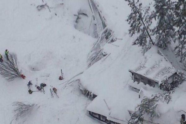 Внакрытом лавиной итальянском отеле погибли четверо: продолжается спасательная операция
