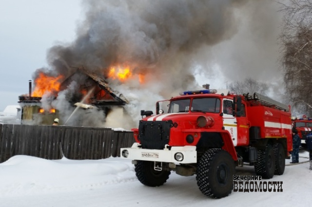 ВСвердловской области работники  ФСИН спасли человека изгорящего здания