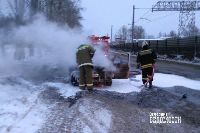 Водители спасли уснувшего таксиста изгорящей машины