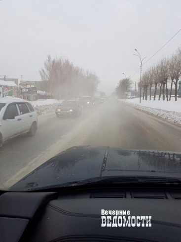 В Екатеринбурге холодной водой залило улицу Шефскую (ФОТО)