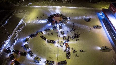 В Ревде сделали новогоднюю елку из 74 автомобилей (фото)