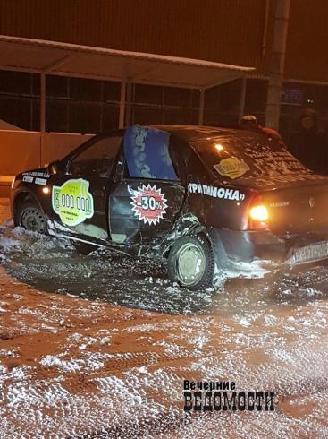 В Екатеринбурге BMW X5 протаранил автомобиль такси (ФОТО)
