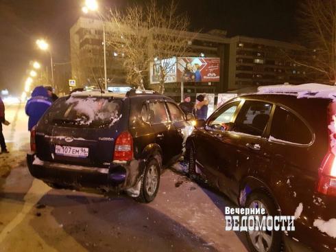 Три машины столкнулись в массовом ДТП на улице Восточной в Екатеринбурге (ФОТО)