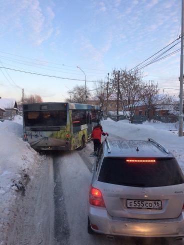 Автомобилисты жалуются на снежную колею на дорогах Екатеринбурга