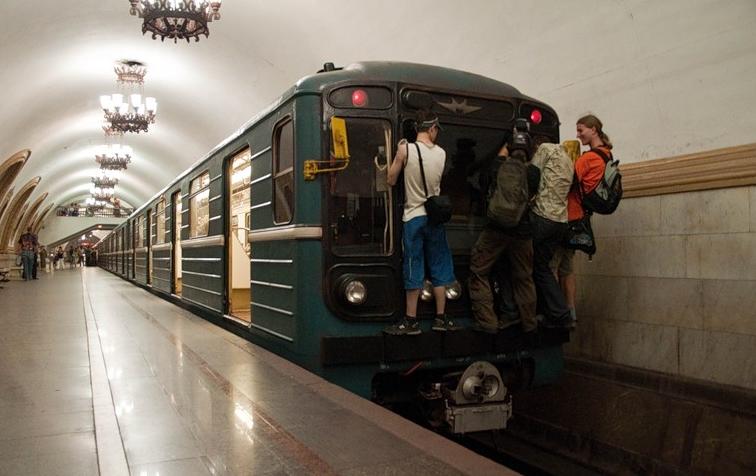 Вметро Екатеринбурга полицейские словили молодого человека, который ехал, зацепившись завагон