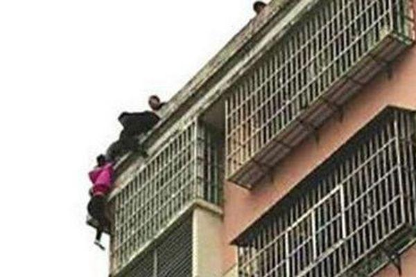 Китаец удержал заволосы падавшую с20-метровой высоты супругу