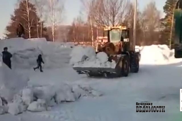 НаУрале пытаются выяснить детали сноса снежного городка, вкотором играли дети