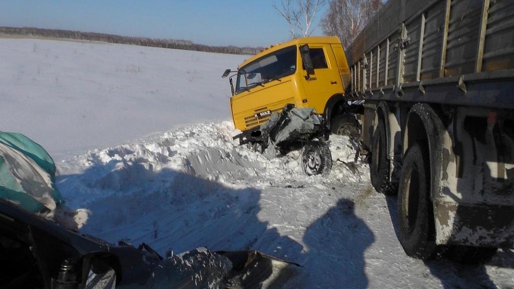 4 человека погибли при столкновении фургона илегковушки вКурганской области