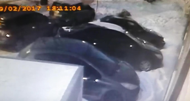 ВЕкатеринбурге парень упал изокна пятиэтажки иостался живой