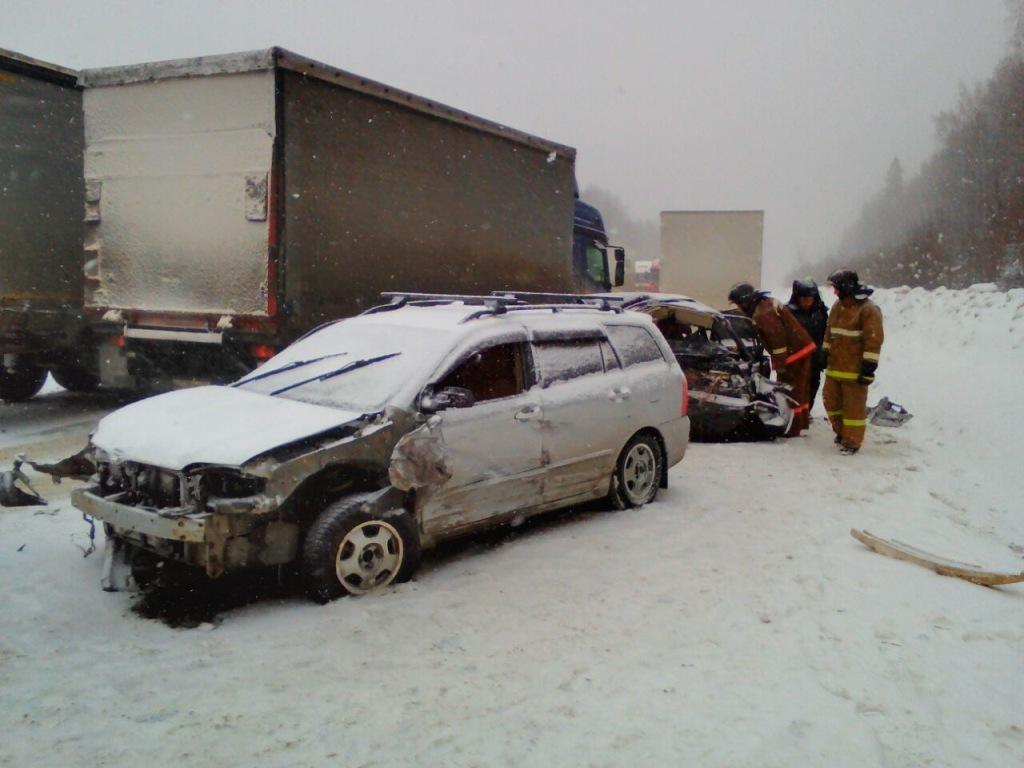 НаСреднем Урале всмертельное ДТП попали 2 фургона и3 легковушки