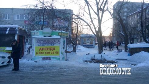 В Екатеринбурге после отравления мужчины паленым алкоголем силовики устроили рейд против незаконных киосков (ФОТО)