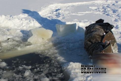 ВЕкатеринбурге ребенок провалился под лёд городского водоема