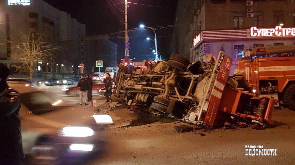 Вцентре Екатеринбурга пожарную машину перевернуло после столкновения слегковушкой