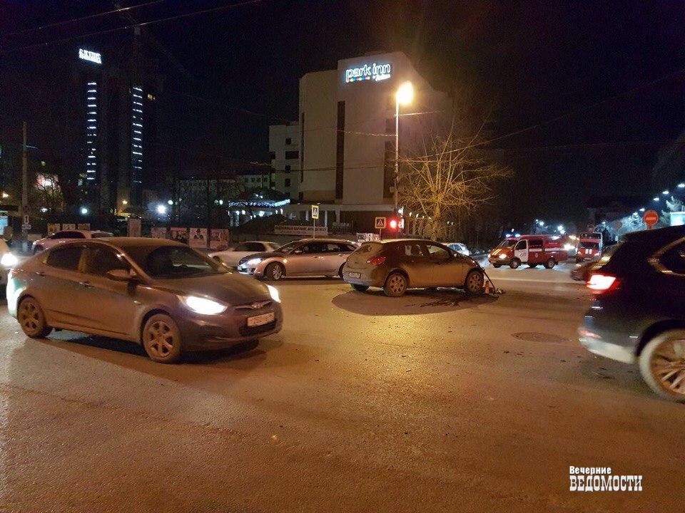 Вцентре Екатеринбурга «Опель» перевернул пожарную машину, ехавшую навызов