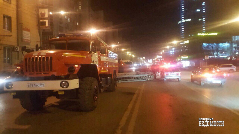 ВЕкатеринбурге пожарная машина перевернулась после ДТП с«Опелем»