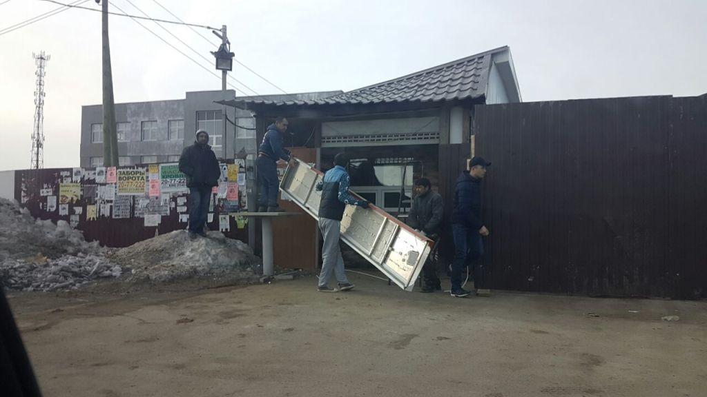 Приставы снесли незаконную закусочную вМичуринском