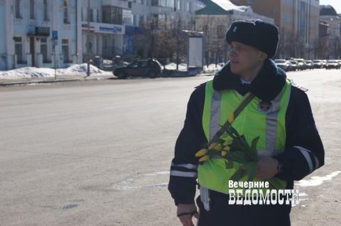 На дороги Екатеринбурга с букетами в руках вышел главный городской гаишник (ФОТО)