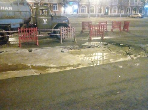 На площади Кургана в яму провалились два автомобиля и пазик. «Это все суровая сибирская весна. Даже дороги тают»