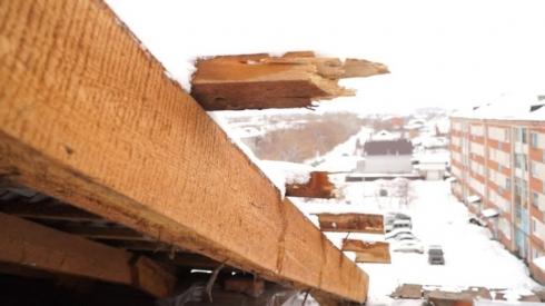 На Урале вместе со снегом с дома съехала крыша
