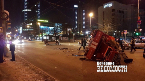 Вцентре Екатеринбурга Опель опрокинул пожарную машину 16марта в22:59