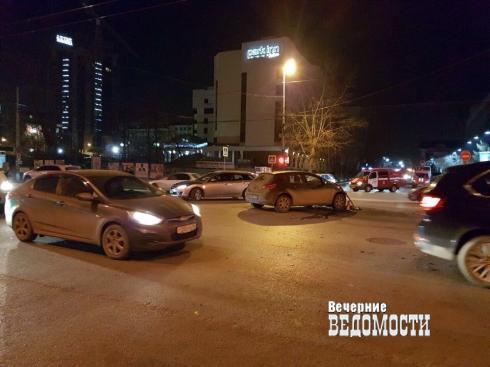 В центре Екатеринбурга «Опель» перевернул пожарную машину, ехавшую на вызов (ФОТО)