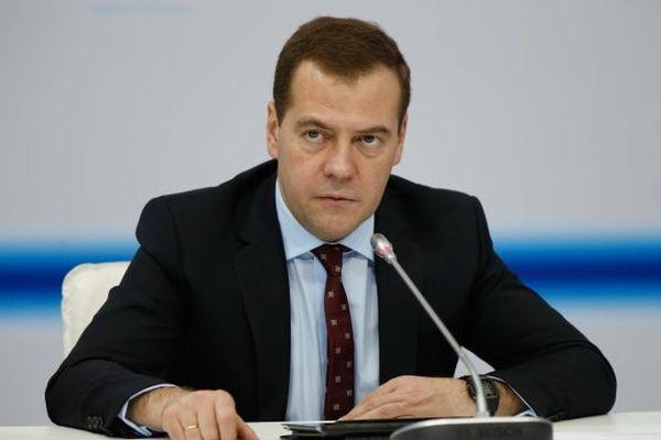 Медведев не хочет придавать значения ангажированным соцопросам