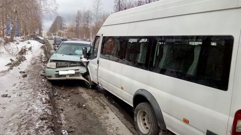 На Урале водитель маршрутки, уснувший за рулем, покалечил двух человек