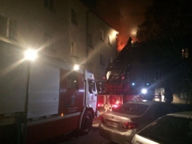 ВЕкатеринбурге из-за крупного пожара взаброшенном помещении эвакуировали жильцов соседнего дома