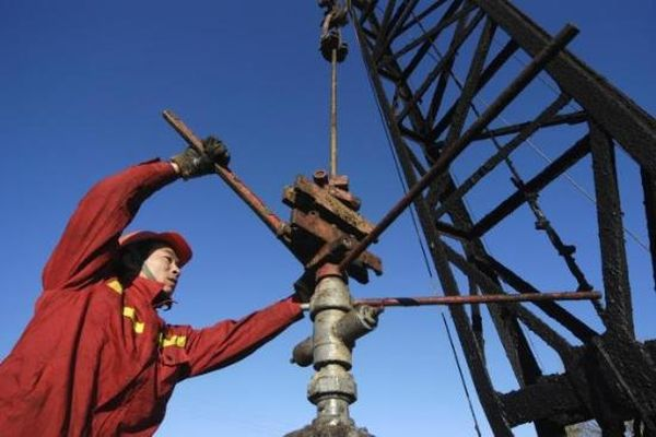 Китайские нефтяники первыми в мире добыли горючий лед со дна моря