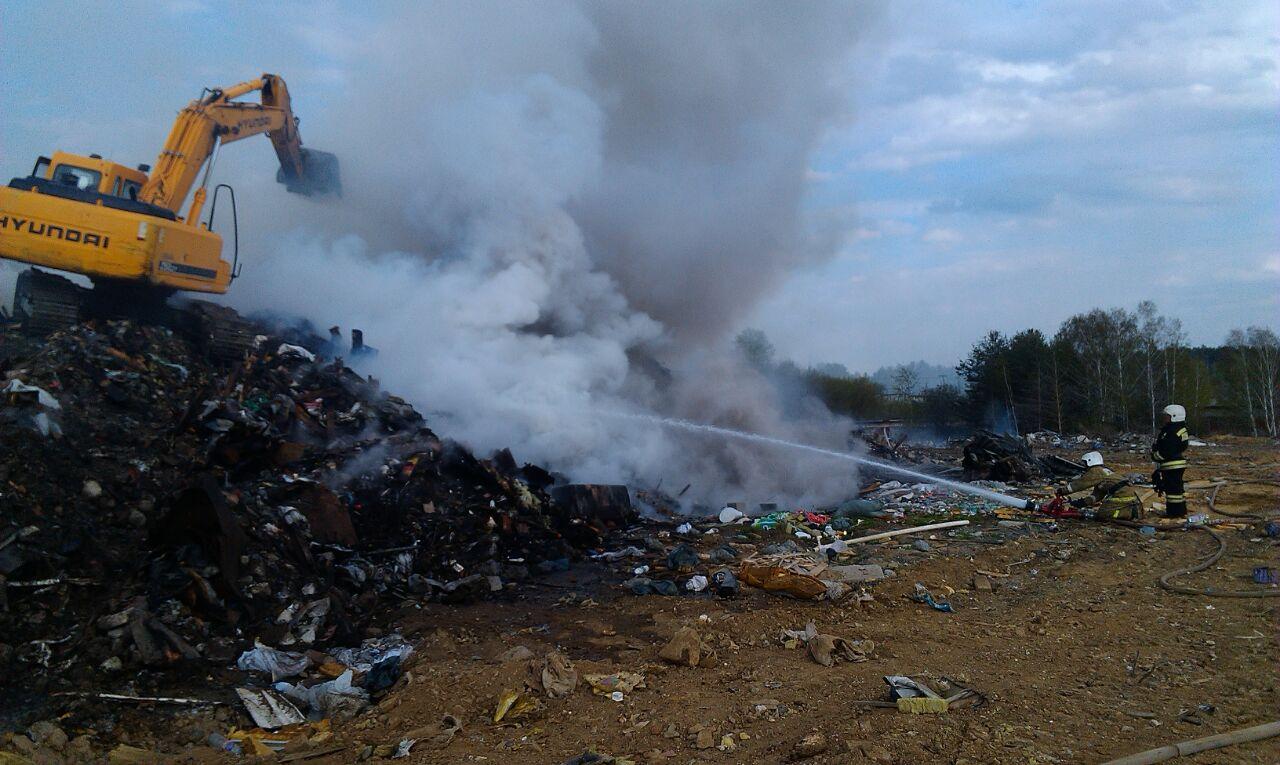 МЧС: Мусорная свалка полыхает  наокраине Екатеринбурга, угрозы распространения огня нет