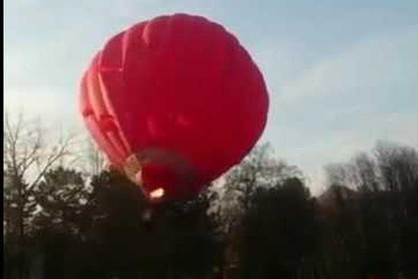 Воздушный шар свлюбленными наполном ходу напоролся надерево