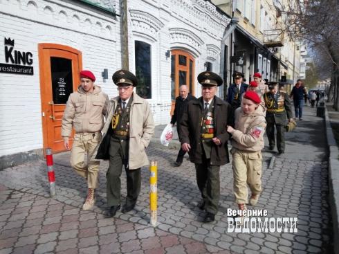 В Екатеринбурге мэрия отказалась везти ветеранов-парадников в День Победы. Подключились общественники и депутаты (ФОТО)