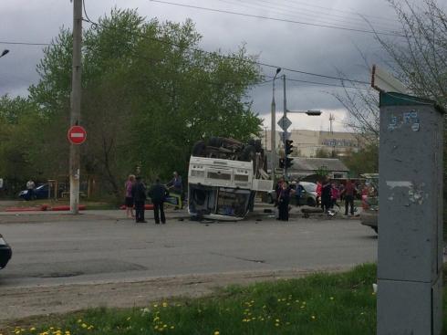 В Кургане автобус ПАЗ с пассажирами перевернулся на крышу после столкновения с Ford Fusion