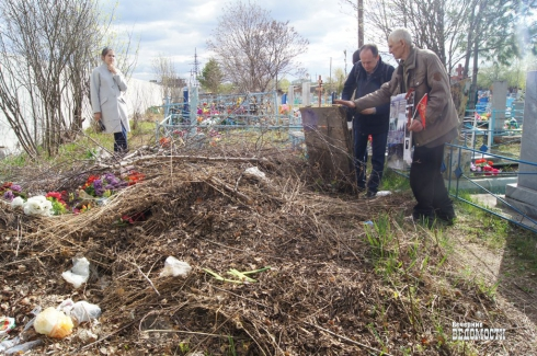 В Артемовском уволился смотритель кладбища, который довел его до состояния помойки