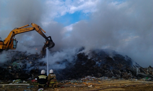 Тушению горящей свалки в Екатеринбурге мешает сильный ветер. Спасатели задействовали спецтехнику