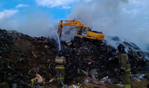 Тушению горящей свалки вЕкатеринбурге препятствует сильный ветер. cотрудники экстренных служб задействовали спецтехнику
